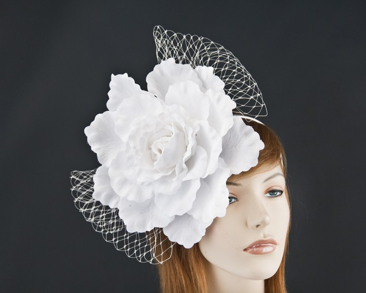 White flower racing fascinator